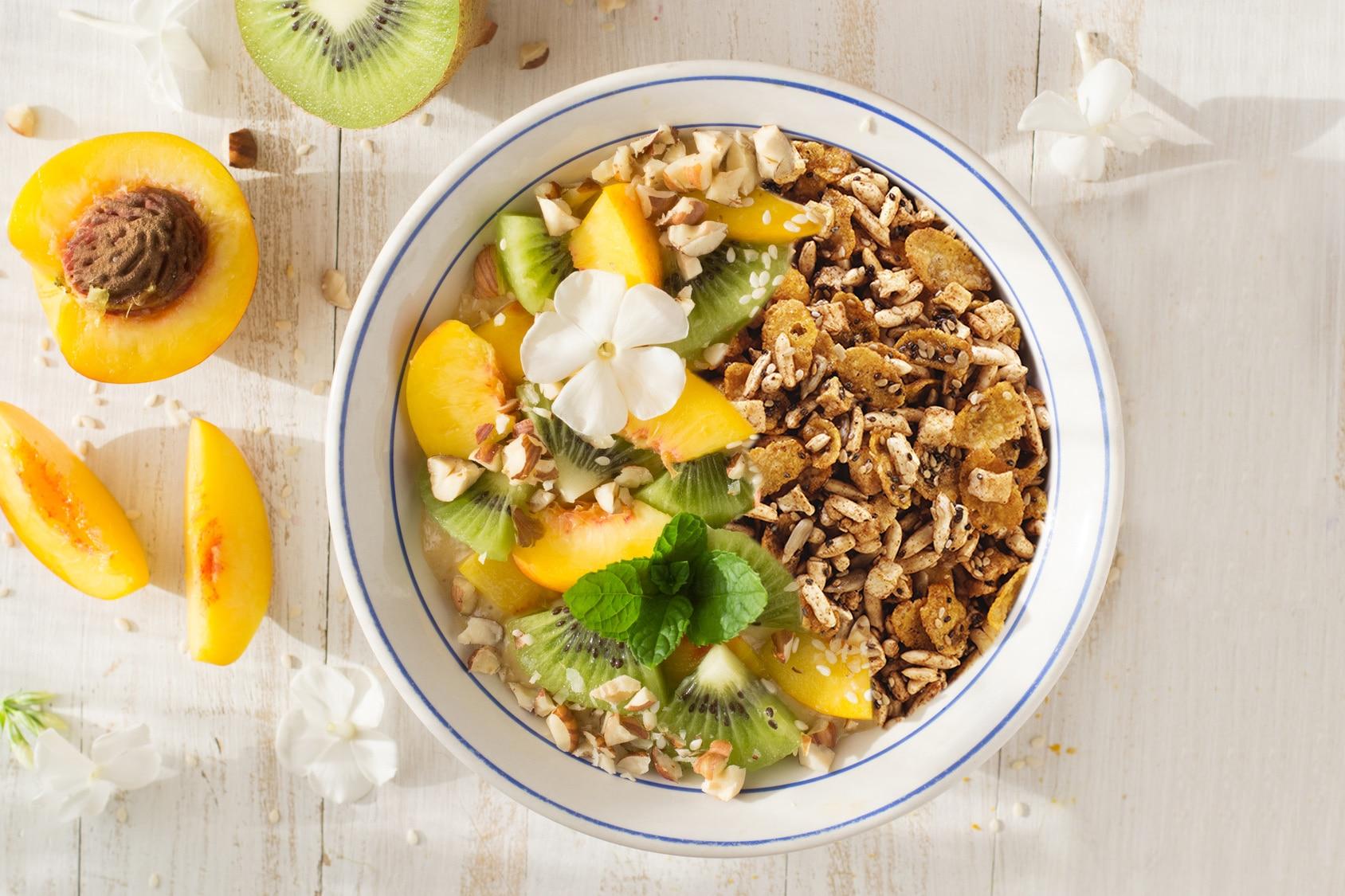 Copa de granola, kiwi y durazno