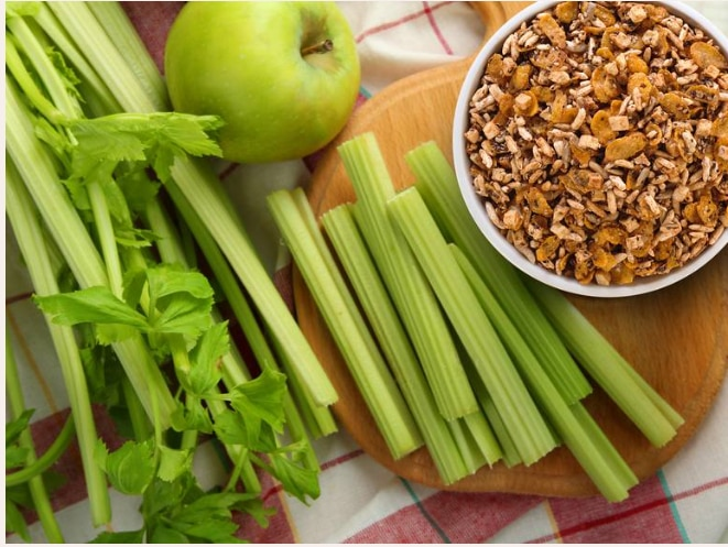 Trifle de granola, manzana verde y apio