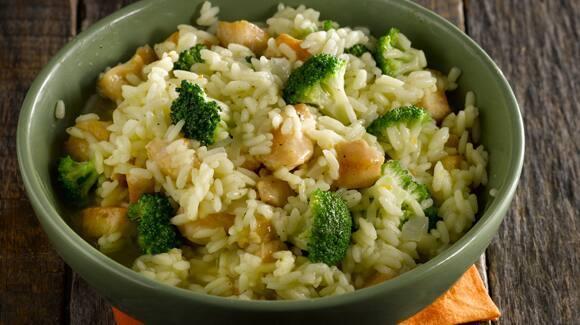 Arroz salteado con pollo, brócoli y cebolla
