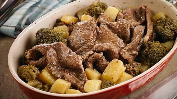 Bifecitos de carne en su jugo con papas y brócoli