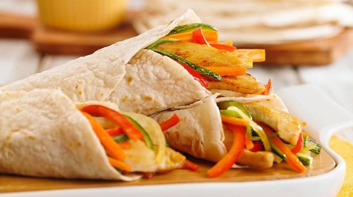 Burritos de pollo y colores a la mostaza