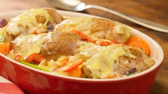 Muslitos de pollo sobre colchón de vegetales a los cuatro quesos