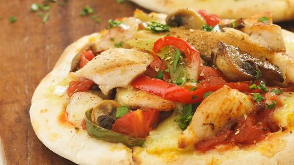 Pizza de pollo sobre pan árabe
