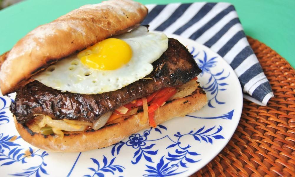 Sandwich de entraña y ajíes en vinagre