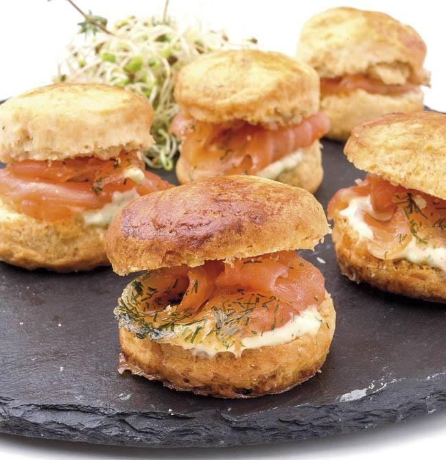 Scons rellenos con cream cheese y salmón ahumado
