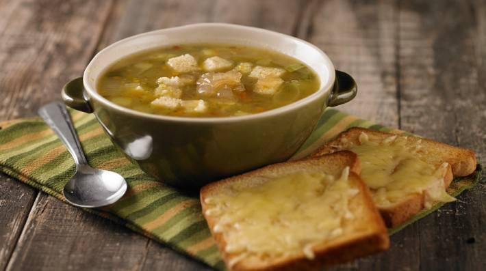 Sopa clara de verduras con cebolla caramelizada