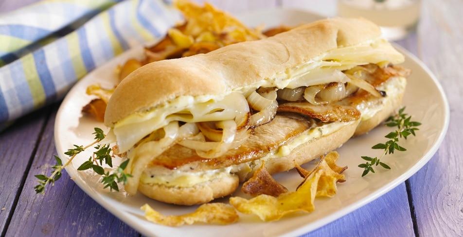 Sandwich caliente de pollo con cebolla grillada y queso gruyere