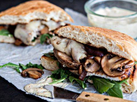 Sandwich de lomito ahumado con hongos salteados