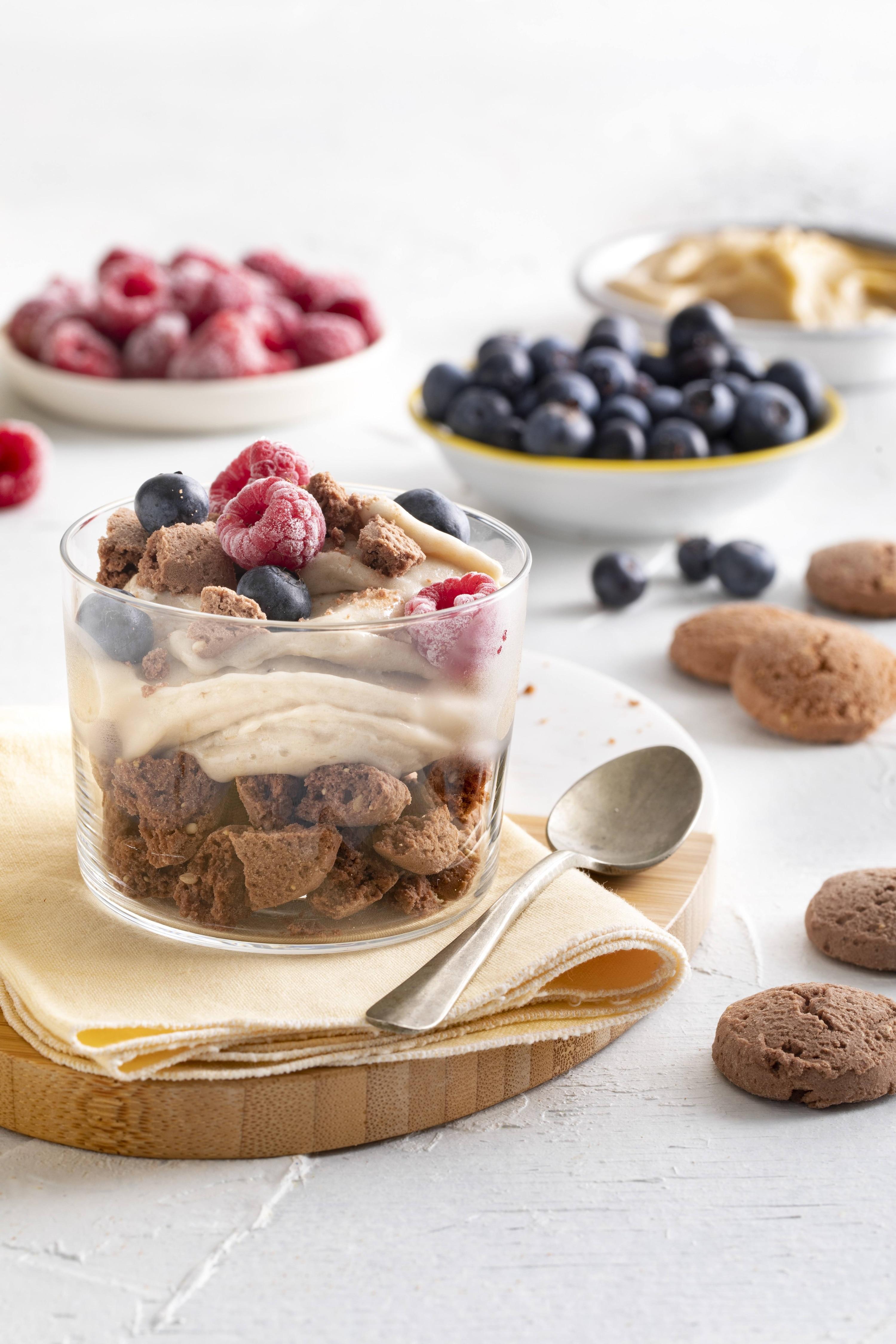 Trifle con cookies, helado de banana, frambuesa y arándanos