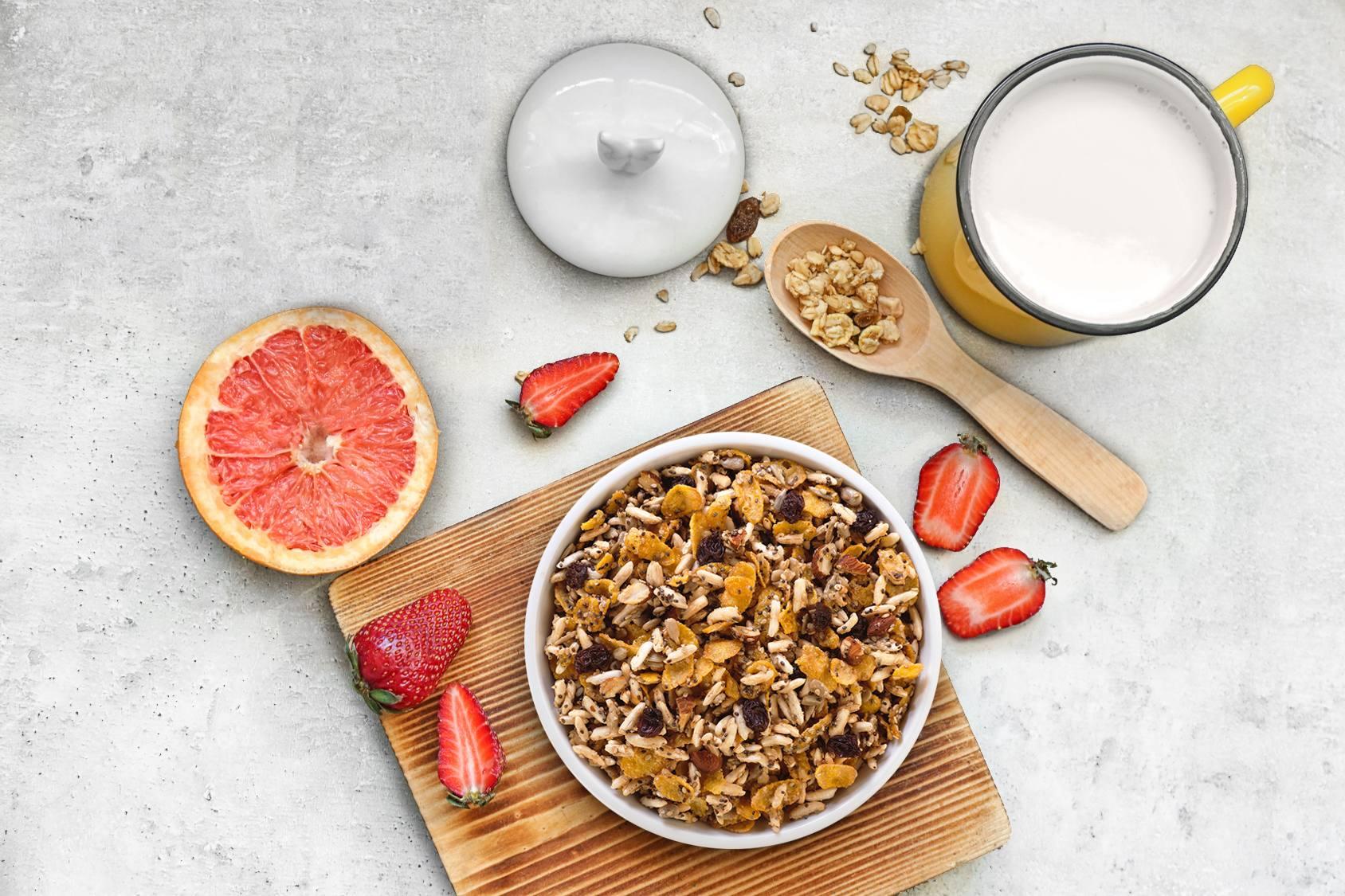 Vaso de granola, pomelo y frutillas