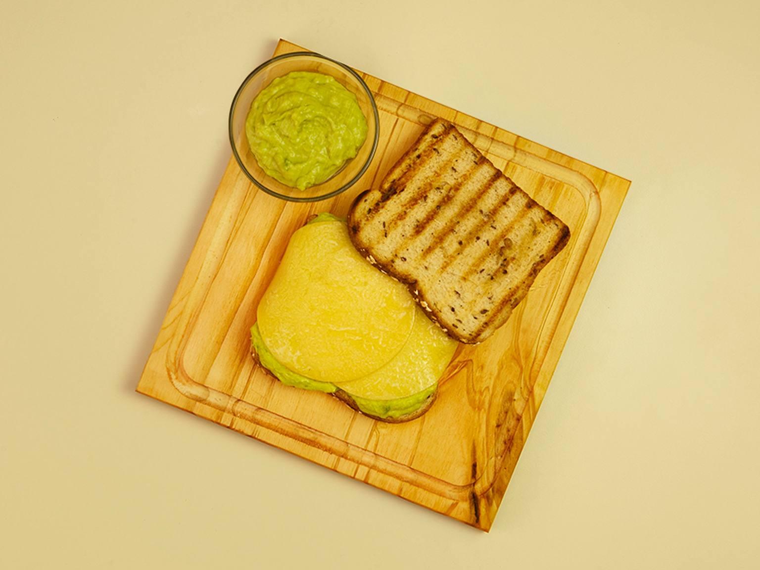 Sándwich grillado de palta, queso provolone, ajo y mayonesa