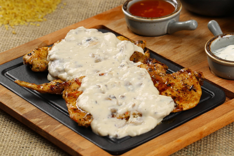 Pechuga en Vegetales con Salsa Roquefort