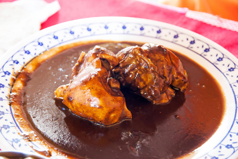 Mole roje de pollo