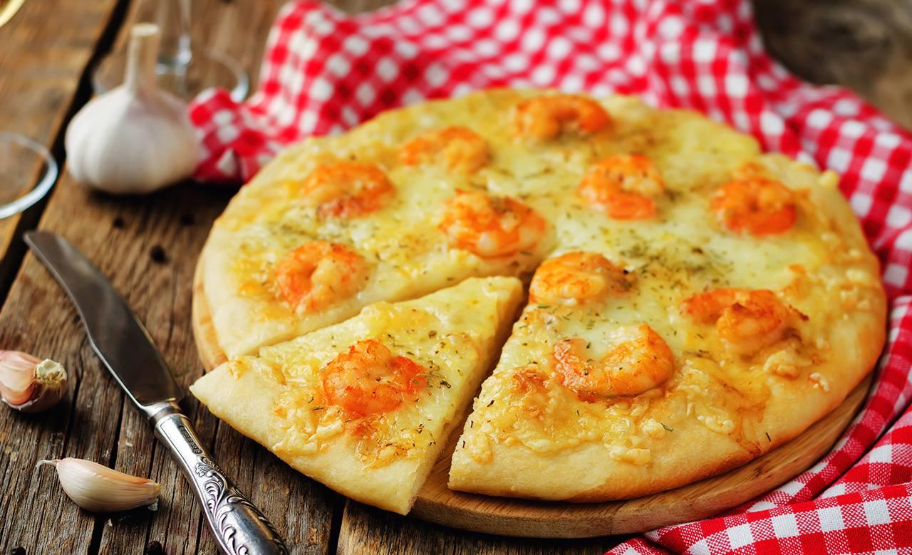 Pizza de camarones y loroco