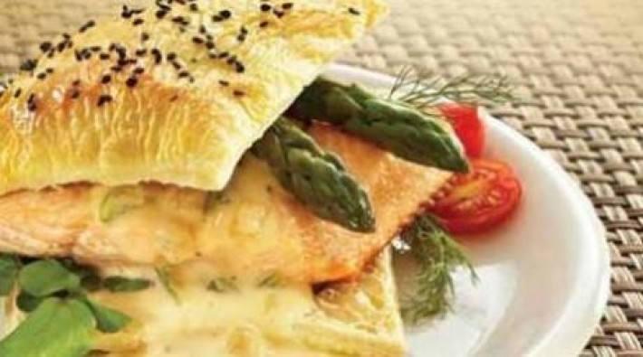 Hojaldre de salmón con salsa de queso y vino blanco