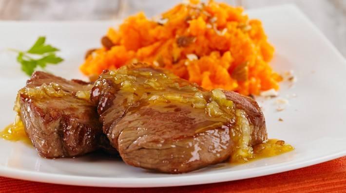 Bondiola de cerdo a la BBQ con puré de boniato, curry y aceite de oliva