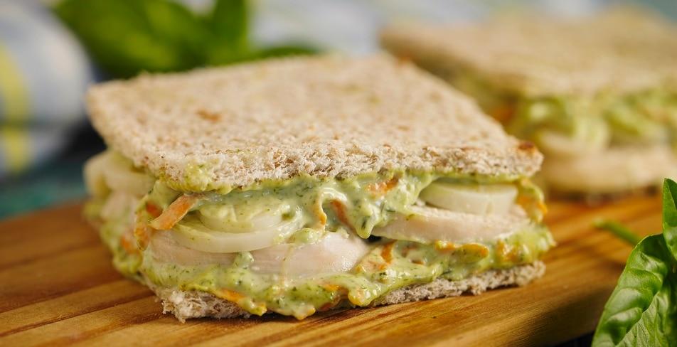 Sandwich natural de pavita, palmitos y zanahorias