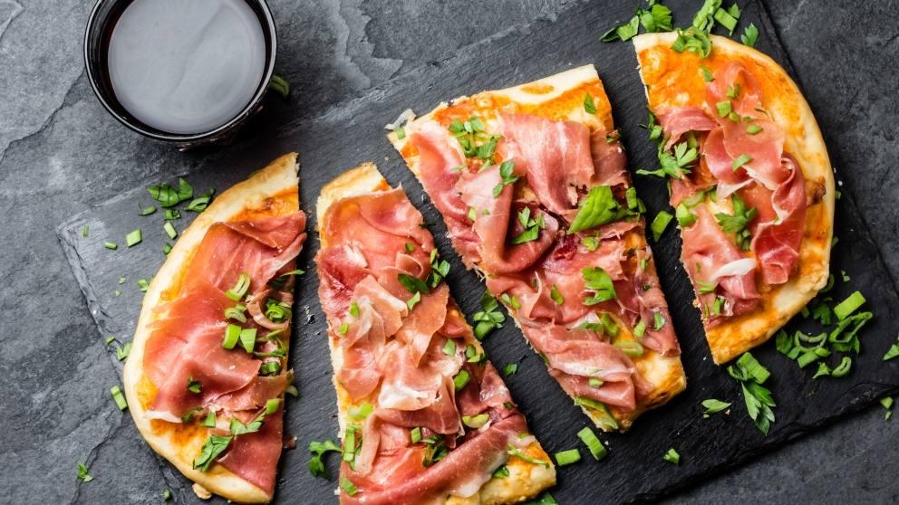 Pizza de prosciutto y mozzarella