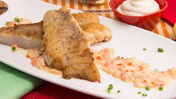 Robalo en salsa criolla con salsa tártara
