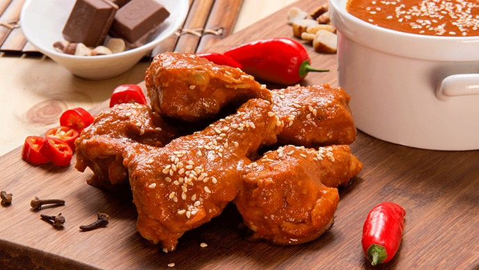 Pollo en Alitas con Molecito Mexicano con salsa de tomate Fruco